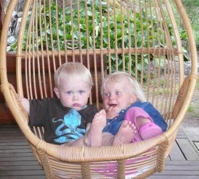 Kummityttö Elisa ja hänen enonsa Vili Pekkalan korikeinussa. Samassa keinussa muuten minäkin samanikäisenä keikkunut. :)