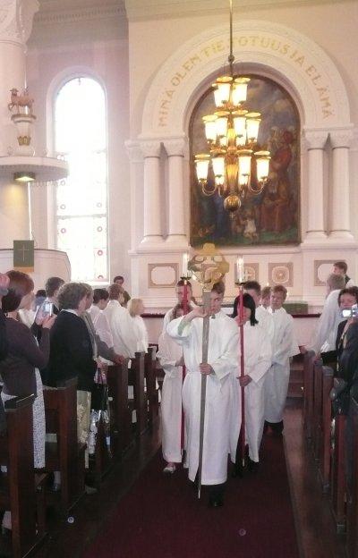 Lopen kirkko oli ääriään myöten täynnä, kun Ilkka-papin rippikoululaiset konfirmoitiin. Mukana entisiä oppilaitani ja myös serkkuni poika Miika.