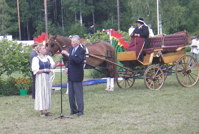 Finnderby keräsi jälleen huikean yleisön ja tunnelma aurinkoisessa säässä oli mahtava. Keväällä eduskunnan edestä lähettämämme Suomen hevosen viesti saapui myös Ypäjälle ja jatkoi 100-vuotisjuhlamatkaansa kohti elokuun Kouvolan Kuninkuusraveja.
