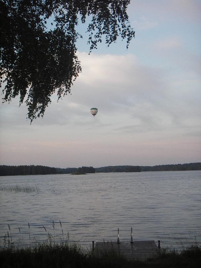 Kuumailmapallo nousi Loppijärven Sajaniemen rannan takaa eilen tervehtimään mökkiläisiä. Huikea näky kun pallo matalalla kiiti yli järven. Viime vuoden omat lentomuistot tulivat mieleen. Hieno kokemus, mikä kannattaa joskus jokaisen kokea.