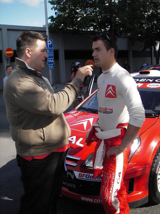 Kaveri Jussi Hannula haastattelemassa Daniel Sordoa ennen Kouvolan SM OK-Auto -rallia. Sordon kilpailu päättyi kesken kohtuullisen hurjaan ulosajoon.