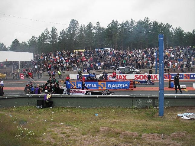 EM-sarjan TOP Fuel -luokan autot olivat Alastaron parasta antia. Pitkän sadeodottelun jälkeen ratakuivui ja iltapäivällä tai oikeastaan vasta illansuussa Janne Ahonen ja kumppanit pääsivät tositoimiin. Huikeita pelejä.