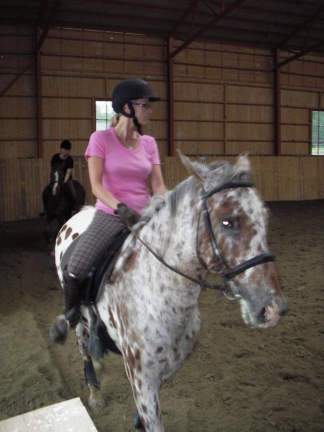Saija ratsastusleirimme keskiviikon harjoitusten parissa yhdessä Kimberin kanssa. Takana Helena ja Donna.