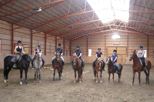 Keskiviikon ratsastusryhmämme tunnin jälkeen. Upea rivi hevosia, ratsastajia ja minä :)
