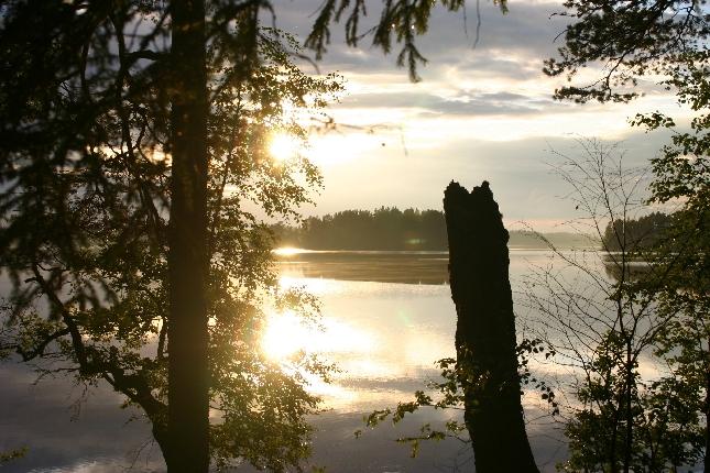Loppijärvi Syrjän rannasta kesäkokouksemme aikaan. Mikäs tässä maisemassa on asioita käsitellä.