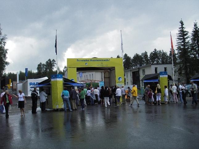 Asuntomessut avattiin Hämeenlinnassa kovassa sateessa ja ruuhkissa. Portit ovat auki 31 päivää.