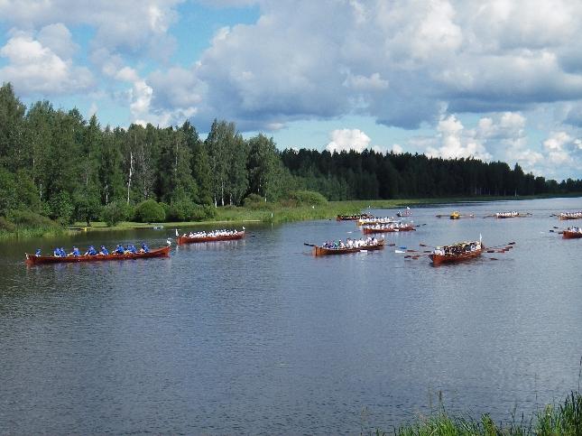 Aurinko suosi myös 18. Mommilanjärven Soutelua. Toivottavasti ensi vuonna aikataulut antavat myös mahdollisuuden osallistua itse soutamiseenkin.