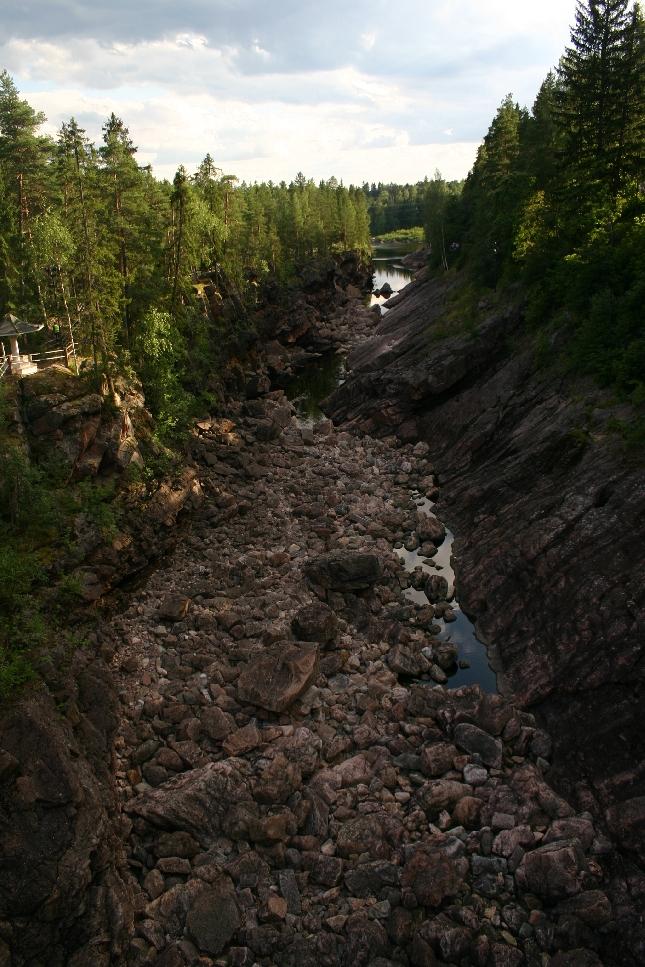 Imatrankoski odottaa kuohuja. Upea ja koskettava kohde ilman vettäkin. Upea luonto ja metsä ympärillä ja valtavat vedenvoiman merkit.