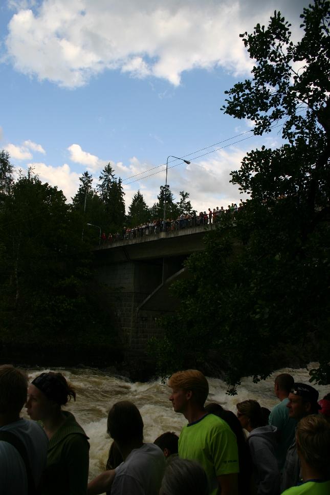 Suomen ensimmäinen matkailukohde vetää edelleen. Joka ilta kello 19.00 rannat ja silta täyttyy turisteista - luonnonvoimien ihailijoista.