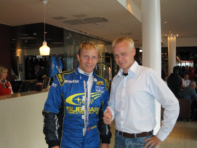 Petter Solbergin kanssa yhtä hymyä hotellilla. Kaikki alkaa kohta.