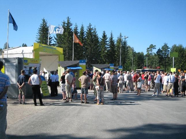 Väkeä oli aamulla ennen porttien avautumista jonoissa monta sataa. Sää meitä tämän päivän messuvieraita suosikin.