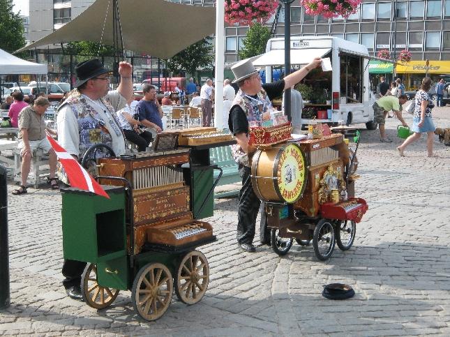 Hämeenlinnan torilla oli tänään todella hyvä tunnelma kun posetiivarit soittivat ja herkut ja kahvi maistui. Niin ja aurinko helli.