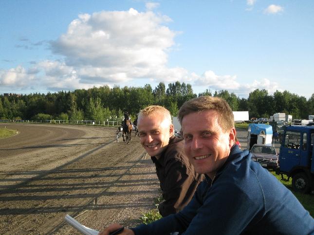 Hevosmiehet :) Ratsastuksen opettajani ja hyvä kaveri Nylundin Jallu ravikaverina.