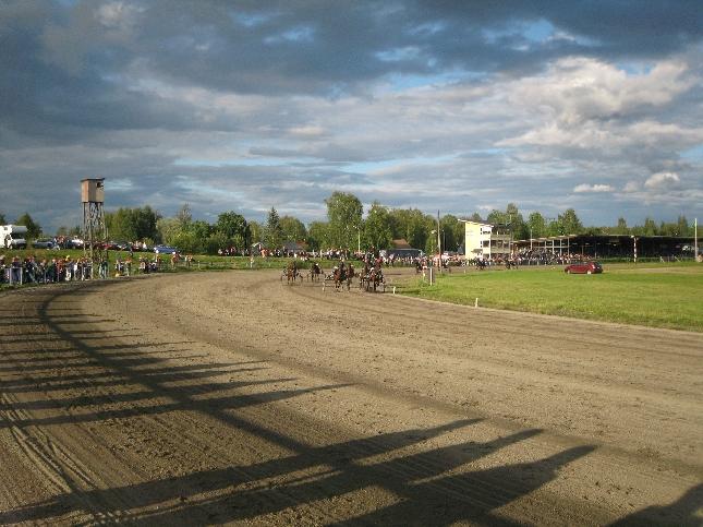 Riihimäen ravikesä 2007 päättyi Suomenhevosen 100-vuotisjuhlatunnelmiin. Aurinkoisessa säässä väkeä olikin katsomot pullollaan.