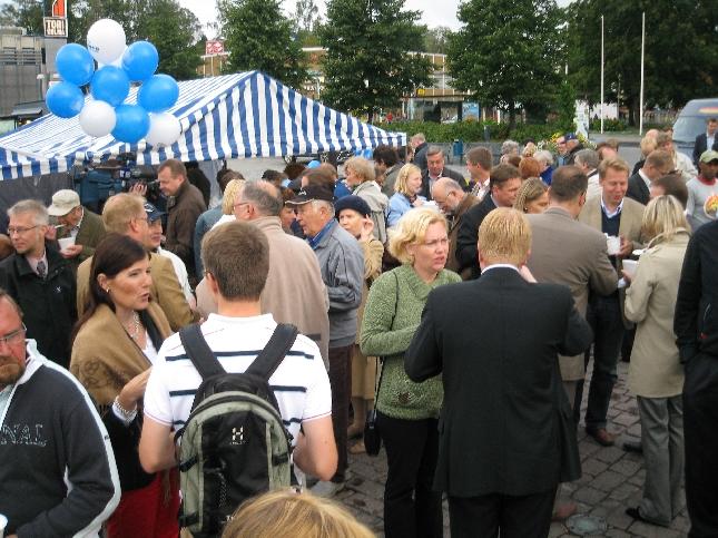 Kuopion torilla riitti väkeä jo aamulla kahdeksalta. Puuroa, kahvia ja keskustela.