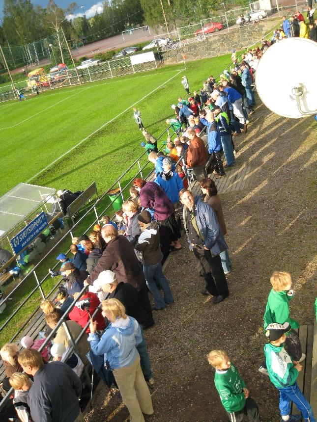 Yli 600 henkeä seurasi ottelua katsomoissa ja kentän laidalla.