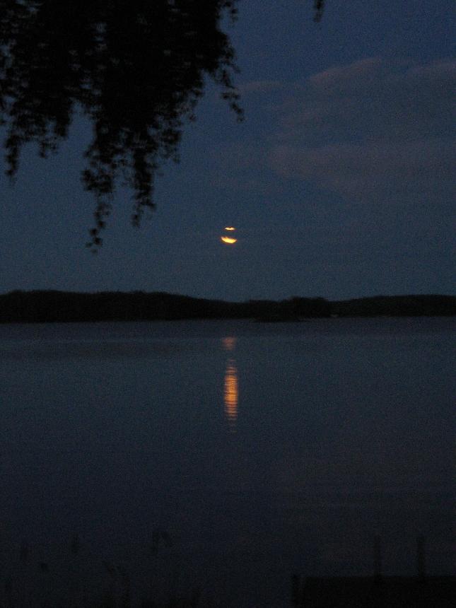 Kuunsiltaa rakennettiin Loppijärvelle tänä iltana. Kaunis järvi.