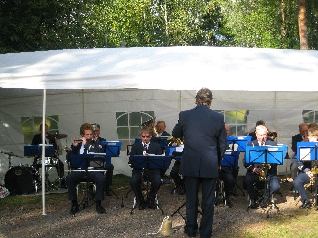 Riihimäen Rautatienpuiston musiikista tänään vastasivat tässä soittava Rautatieläisten soittokunta ja tuttuun tapaan ilakoineet Maantien Ritarit.