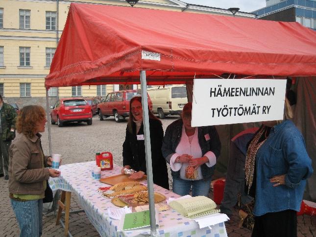 Hämeenlinnan Työttömien tilaisuus keräsi Hämeenlinnan torille mukavasti väkeä. Hyviä keskusteluja.