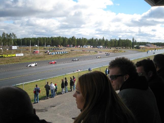 AKK Motorsportin pääsihteeri Jani Backman ja F3:ssa aikanaan loistavasti ajanut ja menestynyt Sanna Pinolla jännittämässä F3:ten kilpailua. Mestariksi ajoi lopulta Tomi Limmonen ennen Jesse Krohnia.