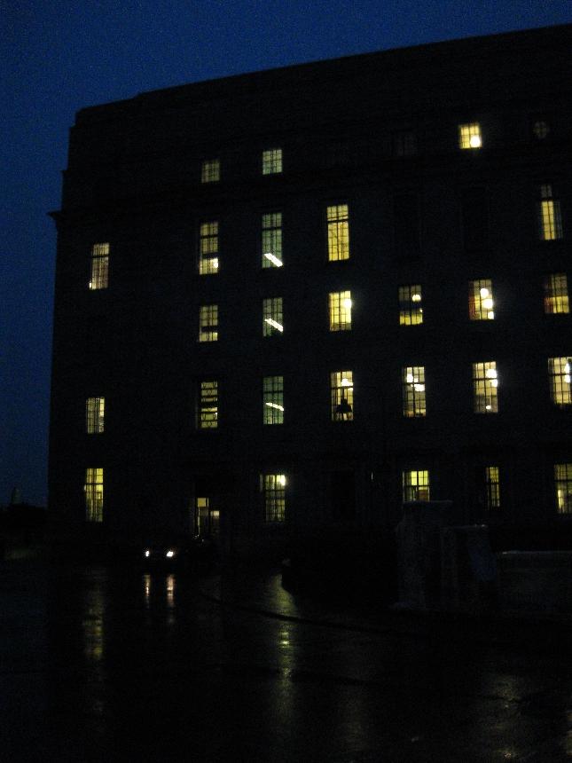 Pitkä budjettipäivä päätökseen. Pimeässä syysmyrskyisessä ja sateisessa säässä auto odottaa jo puhemiestäkin.