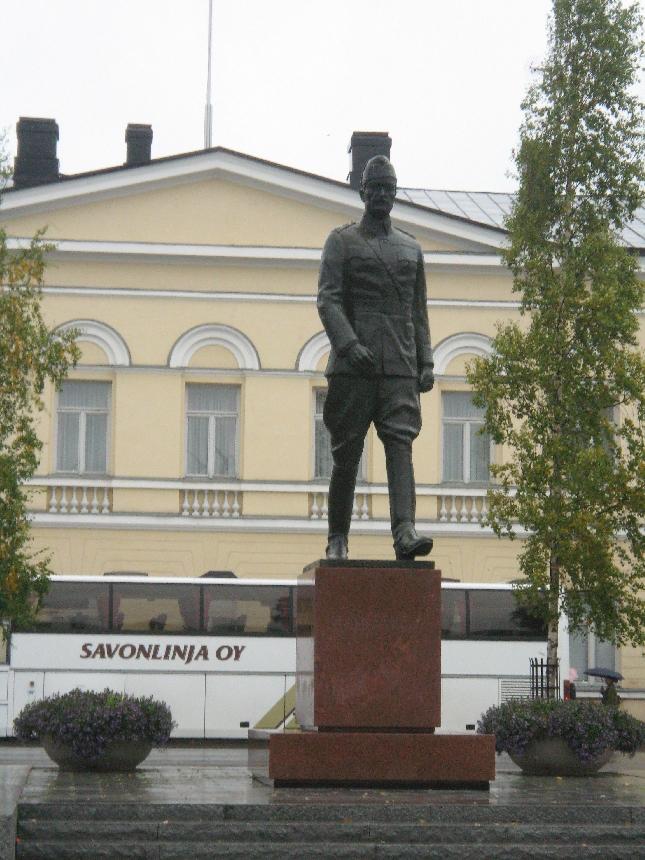 Päämajakaupungissa Marsalkka Mannerheimin patsas on upealla paikalla kaupungin keskustassa. Tälle paikalle patsas siirrettiin muutama vuosi sitten. Mikkelissä puhuimm paljon Marskistä sillä meillä Lopellahan sijaitsee Marskin Maja mikä kerää vuosittain 15 000 vierasta ja 12 000 ruokavierasta. Puhuimme mm. siitä, että Mikkelissä pitäisi jonkun ravintola ruokalistalla olla ns. paikallisena listana edes pari Marskin herkkua ilman etukäteistilausta saatavana. Pitivät ideaa hyvänä. Katsotaan saammeko jo ensi vuonna.