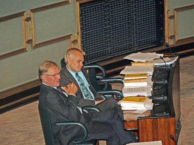 Eduskuntaryhmän puheenjohtajamme Pekka Ravin kanssa täysistunnossa. Kuva viime viikon keskiviikolta. Kuva: Lopen Lehti Marjo Friman.