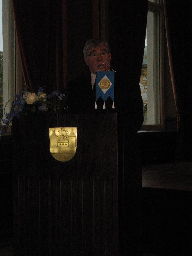Hämeenlinnan kaupunginvaltuuston puheenjohtaja Harri Lintumäki toi kaupungin tervehdyksen Raatihuoneella juhlineille kokoomusnaisille.