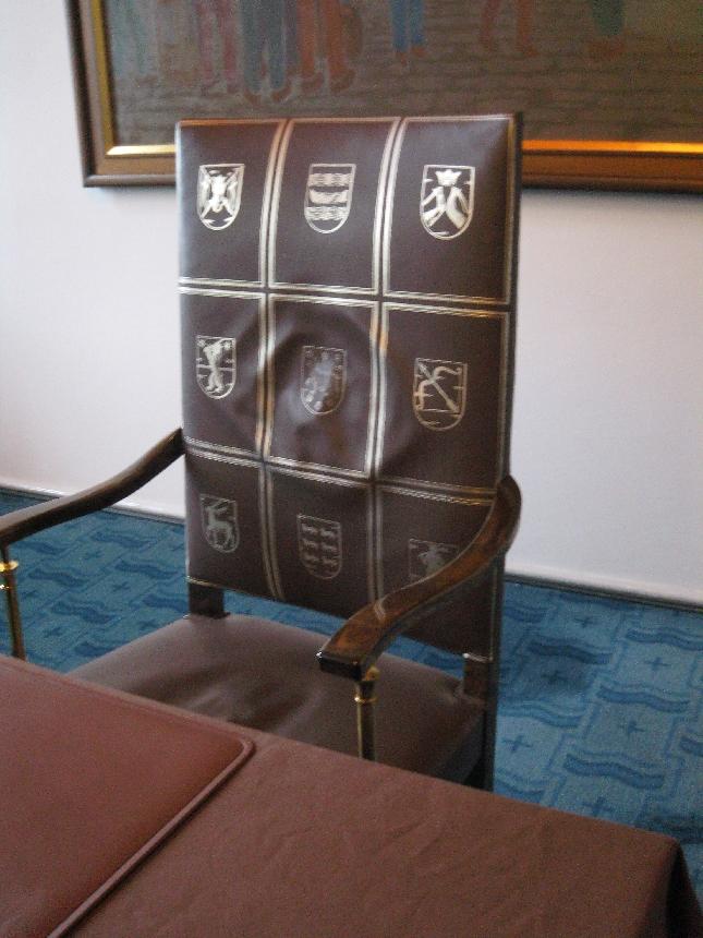 Yksityiskohta 3 Eduskunnasta: Pääministerin tuoli.