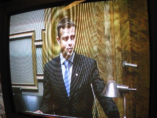 Tältä täysistunto näyttää työhuoneestani. Puhumassa vieruskaverini Petteri Orpo.