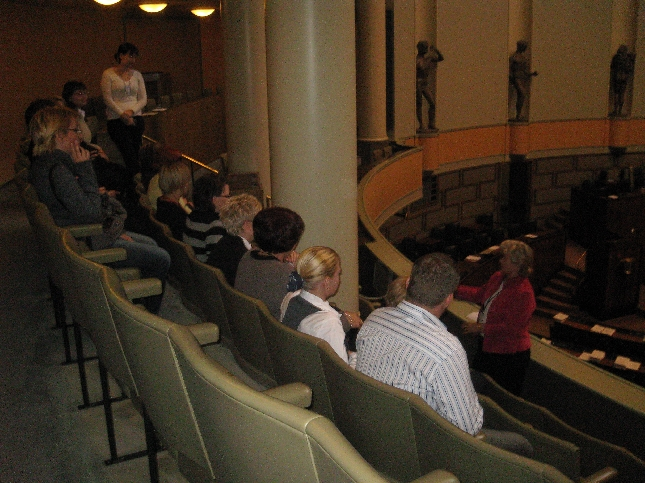 Koulumme väki lehtereillä odottamassa kyselytunnin alkua.