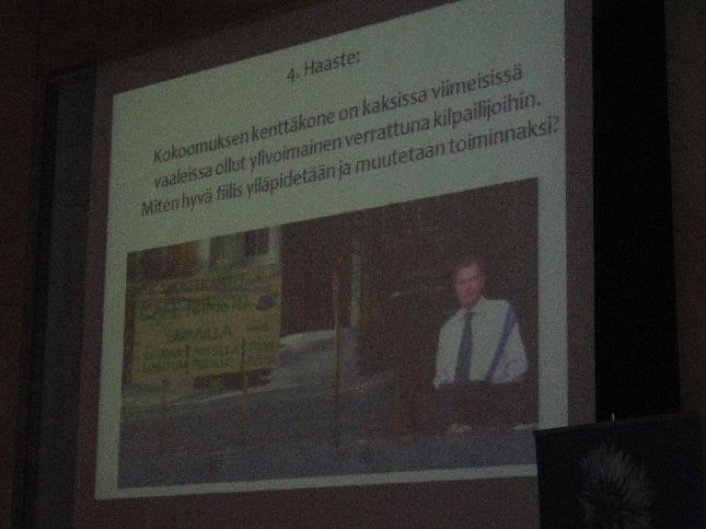 Lopen, Topenon ja Tarkkaloiden Cafe Erä Niinistö oli esillä puoluesihteeri Taru Tujusen esityksessä iloiseksi yllätykseni loistavana ja kekseliäänä mallina tehdä aktiivista vaalityötä. Sama muuten toistui Topenolla myös minun eduskuntavaalikampanjassani. Kiitos Tarkkaloille!
