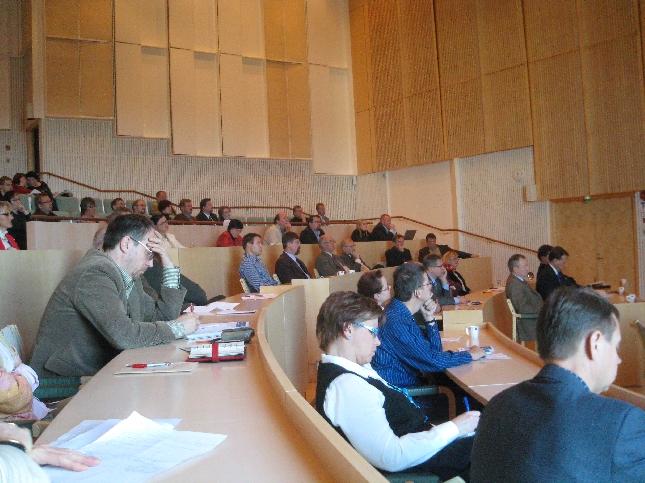 Mätsälän suuri valtuustosali oli tänään täynnä kokoomusväkeä, mikä on kääntänyt jo katseensa kunnallisvaaleihin 2008 tavoitteenaan vuoden 2011 eduskuntavaalit. Niinpä. Uutta Suomessa.