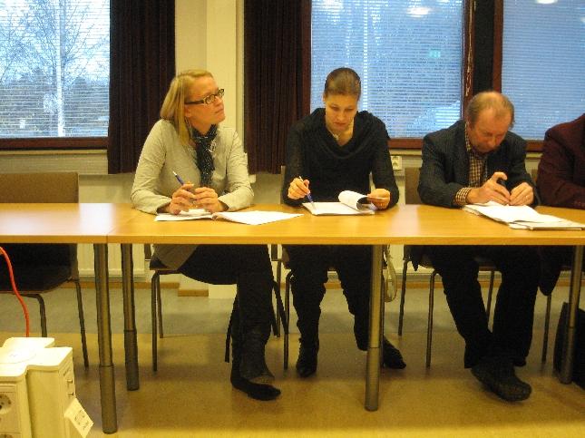 Saija Grönholm, Eeva Pyhälammi ja Kari Maunula kunnanhallituksen kokouksessa.