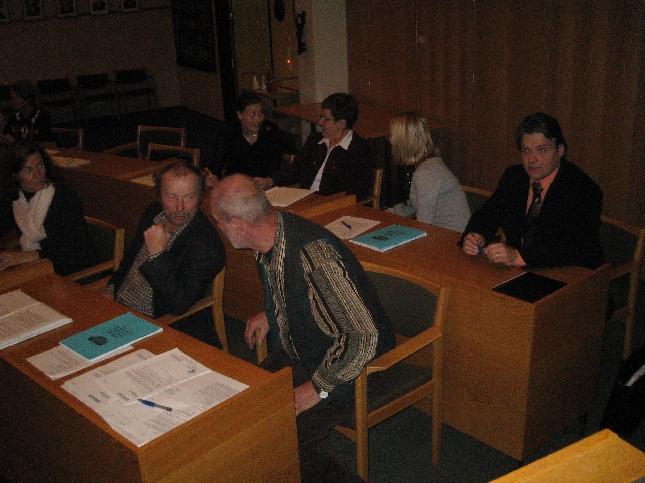 Lopen kokoomuslainen valtuustoryhmä tämän illan valtuuston jälkeen. Tänään ryhmästämme tehtiin kaksi aloitetta. Eeva Pyhälammi esitti kyliin ja kyläkoulujen läheisyyteen lisää rakennuspaikkoja ja rakennusoikeuksia ja Juhani Rautiainen Kantatie 54:n ns. Nesteen risteyksen remonttia. Aloitteisiin oli helppo yhtyä ja koko ryhmämme vetikin nimet aloitteisiin.