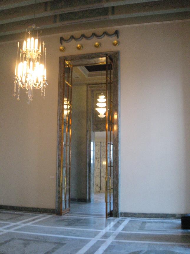 EDUSKUNNAN YKSITYSIKOHTA 5: Valtiosalin pitkien naisten ja miesten ovi. Taideteos sekin.