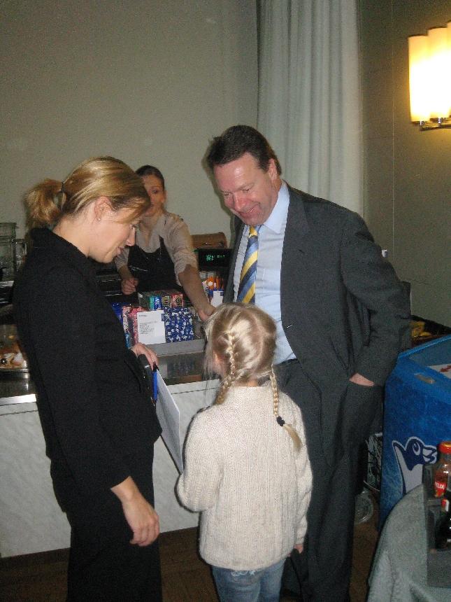 Kummitytölläni Venlalla kävi tuuri - ulkoministeri tarjosi jäätelön. Kotimatkalla puhelimessa asia piti isälle heti kertoa.