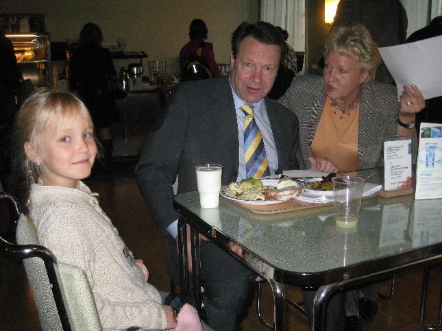 Kummityttöni Venla sai pöytäkavereikseen ministeri Ilkka Kanervan ja Liisa Hyssälän. Iken kanssa Venlasta taisi tulla oikein ystävät - juttua riitti pituushypystä pitkän matkan juoksuun ja kouluunkin.