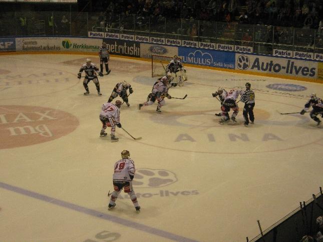 Illalla vielä ehdin ystävien kanssa Kerhon peliin. Nollilla mentiin varsinainen peliaika, mutta rankkareissa HPK hoiti pisteen Hämeeseen HIFK:lta.