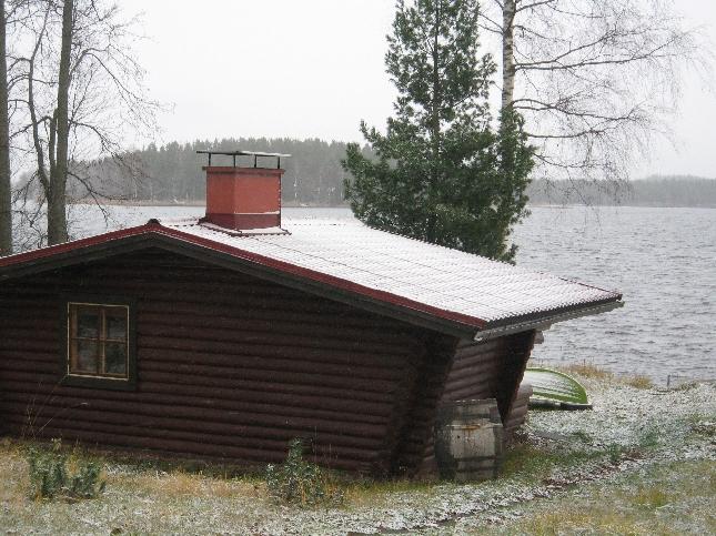 Saunamökki ja kumoon käännetty vene jo valmiina talveen. Loppijärvi vielä tyrskysi syystuulessa.
