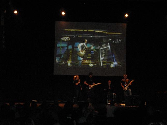 ja toinen hitti on varmasti bändipeli, jossa itse pääsee soittamaan haluamiaan soittia karaoken tyyliin.
