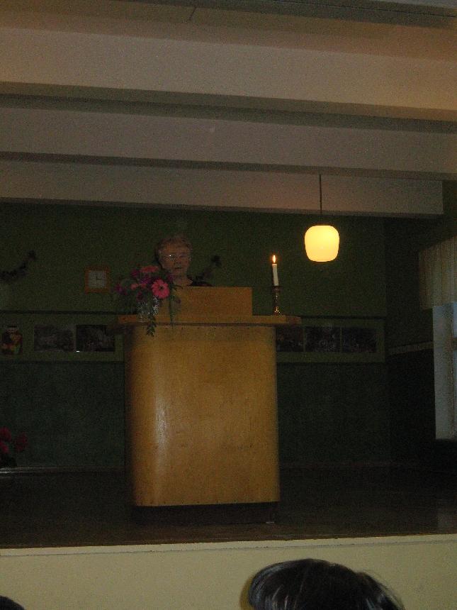 Pitkäaikainen Lopen Opiston rehtori Raija Tyystjärvi kertoi juhlassa kyläyhdistysten synnystä, joissa opistolla oli alulle paneva rooli.