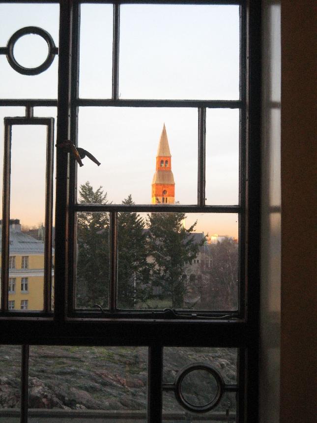 Upea auringonlasku Eduskunnan ikkunasta nähtynä.