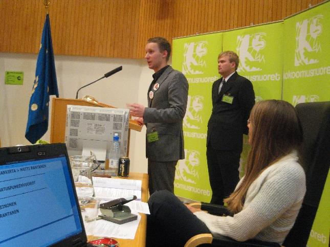 Kokoomusnuorten puheenjohtajaehdokkaat tentattavana. Vastaamassa äänestyksessä lopulta kakkoseksi jäänyt Matti Rantanen. Takana vaalin voittanut ja uudeksi puheenjohtajaksi valittu Teppo Leinonen.
