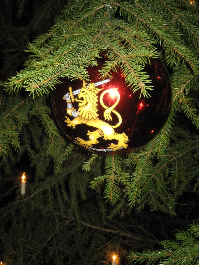 YKSITYISKOHTA EDUSKUNNASTA: Eduskunnan joulukuusen jätti Leijona-pallot.