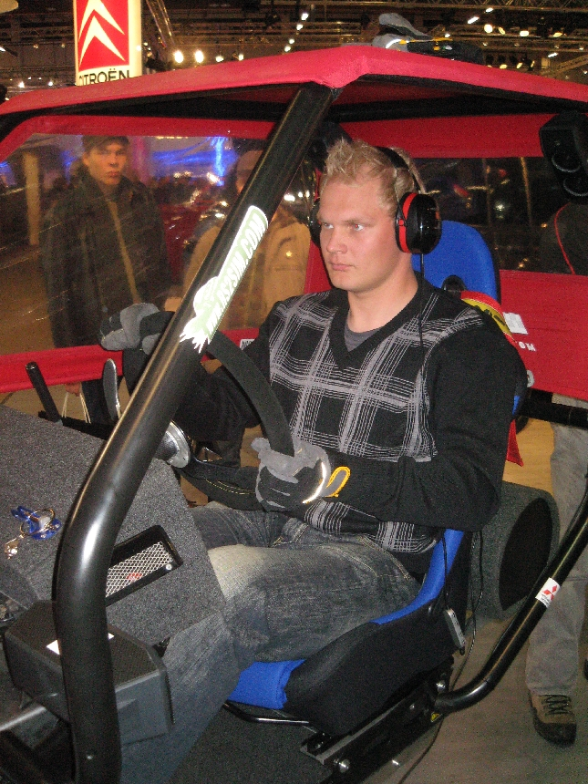 Ystäväni Marko Tarkkala Helsinki Motorshowssa rallisimulaattorin parissa. On muuten hyvä muistaa, että tuoreimmat diesel-tekniikat ovat nekin kehitetty ja kehittyneet nimenomaan moottoriurheilussa. Usein vain halutaan nähdä motorsportti saastuttajana ja turhana isojen poikien leikkinä. Voi hyvin kysyä millä tasolla autoteknikkaamme ja turvallisuusasiat olisivat ilman sitä.