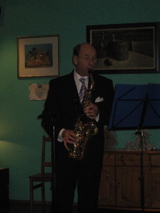 Jorma Mikkola avasi juhlan saksofoninsa kanssa. Täällä Pohjantähden alla ja Maailma on kaunis toivat juhlaan juhlaa.