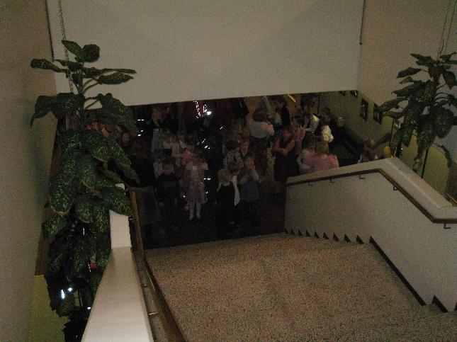Juhlaväkeä odottamassa kunnantalon aulassa kättelyyn pääsyä.