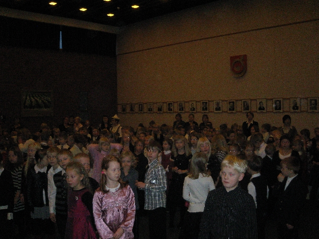 Lopen kunta järjesti tänään ala-koulujen 1. ja 2. luokan oppilaille kuntamme historian ensimmäisen Itsenäisyysvastaanoton. Herkkuja ja hyvää ohjelmaa riitti ja tunnelma oli mainoa. Taitaa tulla perinteeksi :)