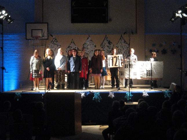 Koulun 6. luokkalaiset esittivät näytelmän Kirkonkylän Koulun vaiheista. Tässä vanha puukoulu - se jossa minäkin aikanaan aloitin.
